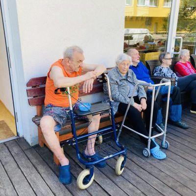 Posezení na terase, zahradničení a procházky